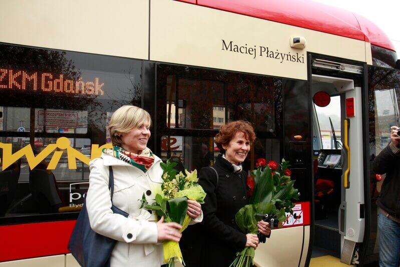 Listopad 2011 r., nadanie imienia Macieja Płażyńskiego nowemu tramwajowi Pesa 120NaG Swing, nz. Katarzyna i Elżbieta Płażyńskie, córka i żona patrona