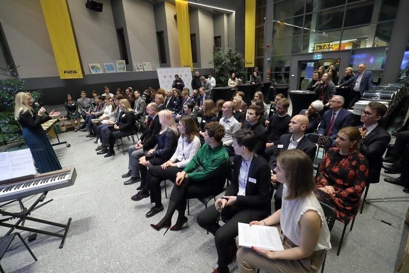 Stypendium im. Gabriela Daniela Fahrenheita jest pierwszym w Polsce stypendium przeznaczonym na finansowanie studiów zagranicznych. Do tej pory ze stypendium skorzystało ponad stu gdańszczan