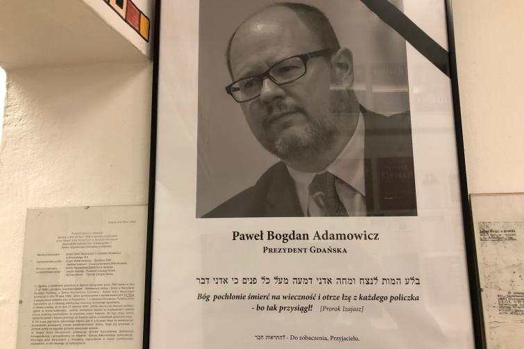 Tablica w gdańskiej synagodze, upamiętniająca prezydenta Pawła Adamowicza