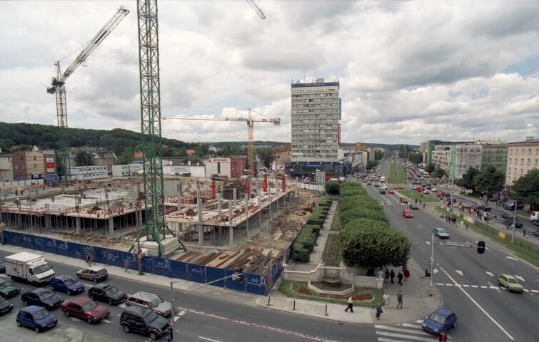 Czerwiec 2002 roku. Trwa budowa Centrum Handlowego Manhattan we Wrzeszczu, w głębi widnieje wieżowiec Olimp, po prawej al. Grunwaldzka. Zdjęcie zostało zrobione z dachu domu na rogu ul. Jaśkowa Dolina