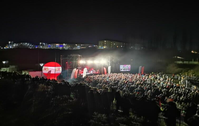 Happysad to rockowy zespół, który ma na koncie ponad 1000 koncertów w całym kraju, trzy platynowe i cztery złote płyty oraz rekordy frekwencji w kilkunastu popularnych klubach w Polsce