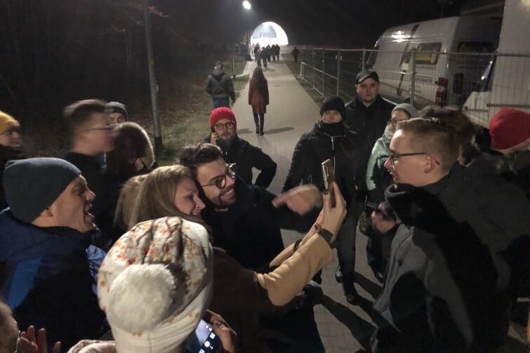 Po koncercie członkowie zespołu Happysad wyszli poza barierki, by spotkać się z fanami. Nz. lider grupy Jakub Kawalec pozuje do selfie z uczestniczką sylwestrowego wieczoru w Jarze Wilanowskim