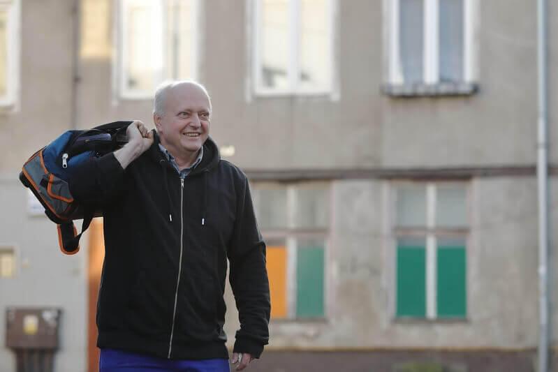 Alfred Dobrucki naprawia drobne acz uciążliwe usterki w domach gdańszczan w ramach `Złotej rączki dla seniora`