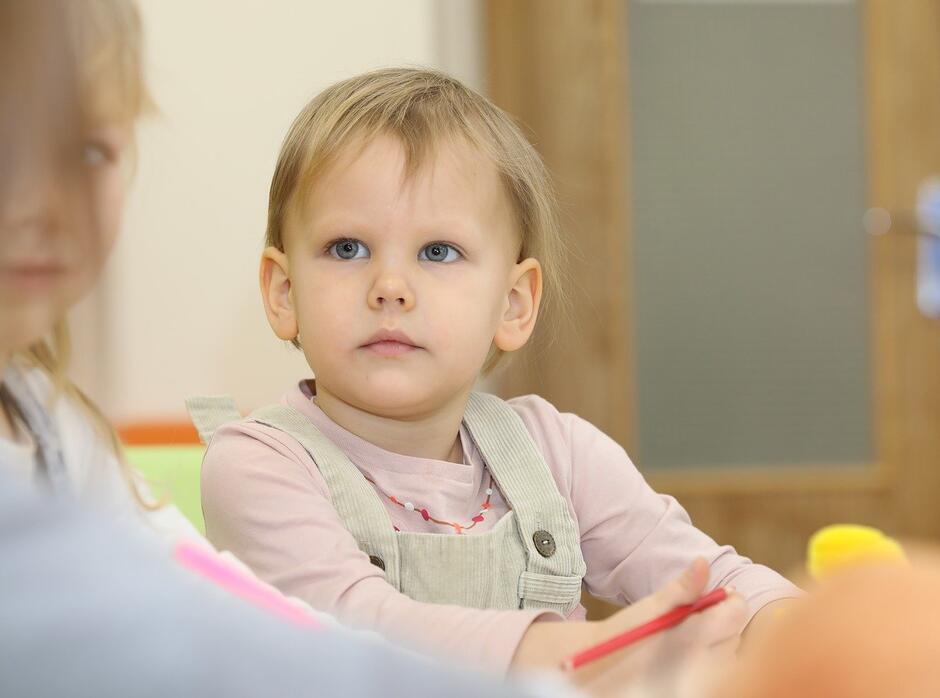 MOPR zwraca osobie wspierającej do 350 zł miesięcznie w przypadku pomocy jednemu dziecku, a gdy dzieci jest więcej - do 450 zł (zdjęcie ilustracyjne)