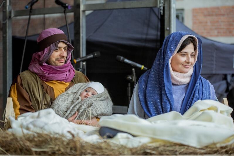 W tym roku w role Maryi, Józefa i Dzieciątka wcielili się: Cristiana i Olek Cavalieri Lukasiewicz oraz ich pięciomiesięczny syn Leonard
