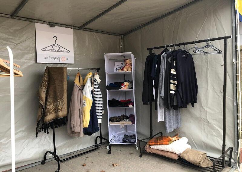 Wymiana ciepła: namiot, w którym zostawić możesz niepotrzebne już ciepłe ubrania i wziąć sobie zimowe okrycie, jeśli masz taką potrzebę
