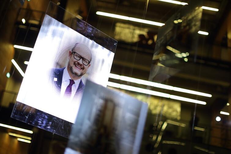 Instalacja powstała, by uczcić pamięć o śp. prezydencie Pawle Adamowiczu, w rok po jego śmierci