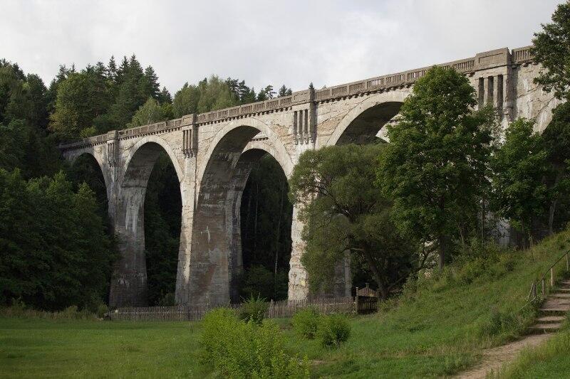 Podobnej konstrukcji wiadukt na ziemiach polskich zbudowano sto lat temu w Stańczykach (woj. warmińsko - mazurskie)