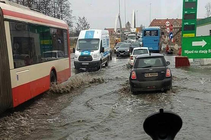 Awaria wodociągu na Trakcie Św. Wojciecha