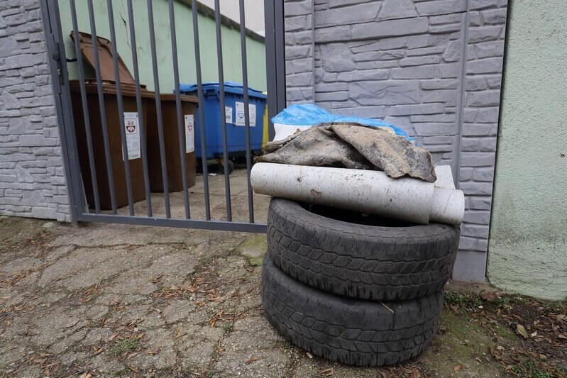 Opony to także odpady wielkogabarytowe. Warto zadbać o to, by jak najkrócej czekały na odbiór spod domu