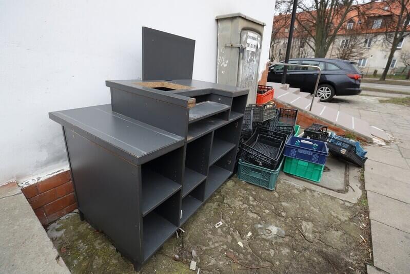 Skrzynki i mebel po likwidowanym sklepie - coś z tych rzeczy na pewno może się jeszcze przydać