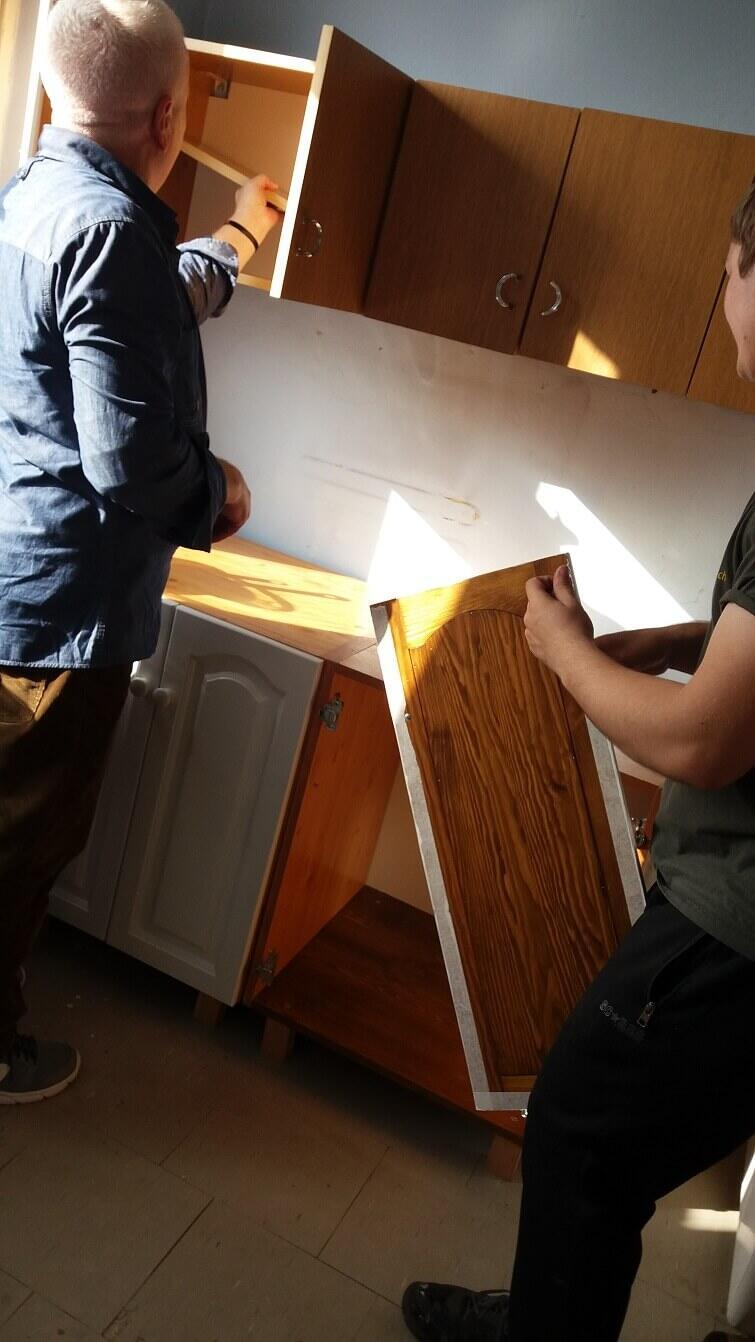 Montaż odnowionych mebli przez ekipę projektu `Meble od serca` - ładnie wyszło, prawda?