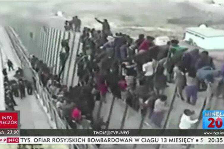 Tzw. print screen z filmiku TVP, który przy pomocy manipulacji godził w wizerunek Miasta Gdańska i gdańskiej Rady ds. Imigrantów. Widoczny na obrazie tłum uchodźców szturmuje granicę. Gdańsk wbrew takim sugestiom nigdy nie zamierzał sprowadzać do Polski imigrantów, bowiem leży to w wyłącznej gestii rządu RP. Rada ds. Imigrantów powołana została po to, by ułatwić funkcjonowanie w gdańskiej społeczności obcokrajowcom, którzy już znajdują się w Polsce