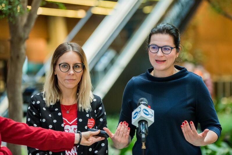 Agnieszka Buczyńska, szefowa Sztabu WOŚP przy RCW wraz z Aleksandrą Dulkiewicz, prezydent Gdańska witała dziś wolontariuszy w ECS
