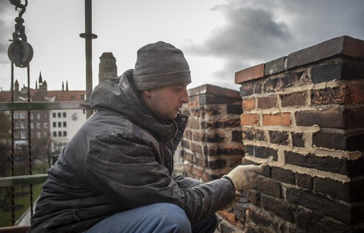 Precyzyjne prace konserwatorskie na ścianie bazyliki św. Mikołaja od ulicy Lawendowej. 11.12.2109