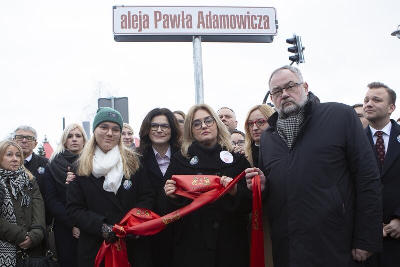 Otwarcie Alei Pawła Adamowicza. Nz. od lewej Aleksandra Dulkiewicz, Magdalena Adamowicz, Piotr Adamowicz