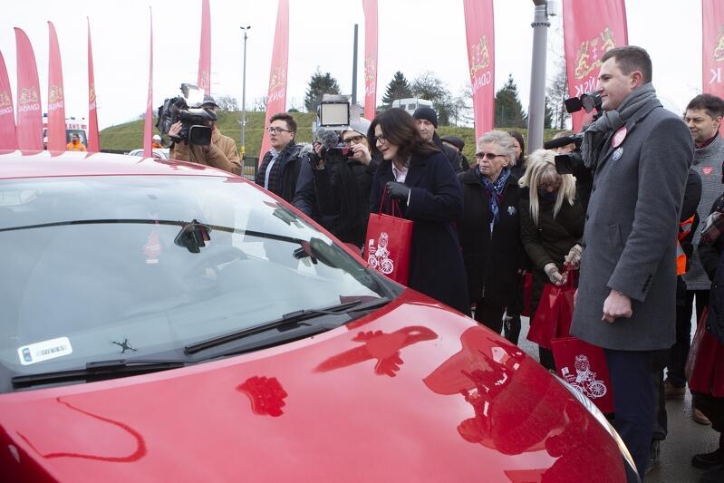 Prezydent Gdańska Aleksandra Dulkiewicz i jej zastępca Piotr Grzelak witają pierwszych kierowców