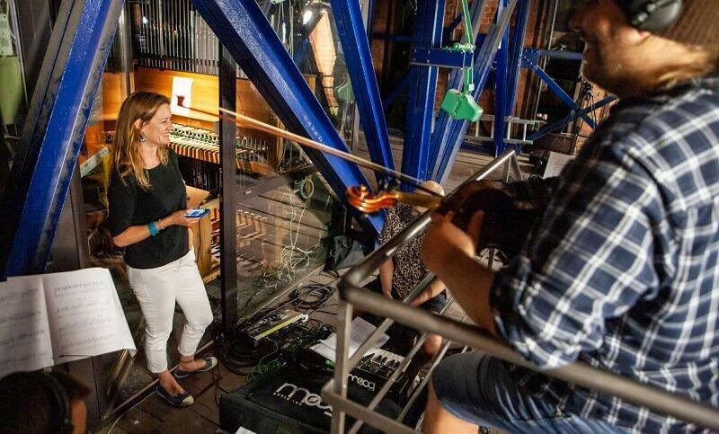 Monika Kaźmierczak miejska carillonistka zaprasza na lekcję gry na carillonie - nz. w wieży kościoła św. Katarzyny