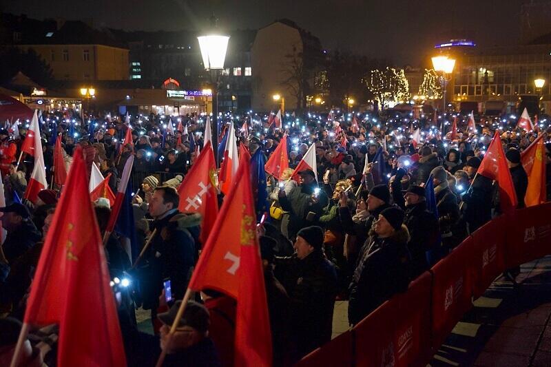 Tysiące gdańszczanek i gdańszczan otoczyły Katownię, z flagami w rękach