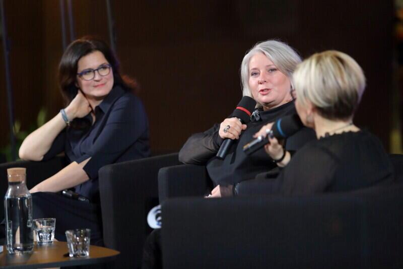 Autorka książki, Katarzyna Żelazek [po środku zdjęcia], po dziewięciu miesiącach od tragicznych wydarzeń w Gdańsku, rozmawiała z ludźmi, którzy w styczniu deklarowali przemianę