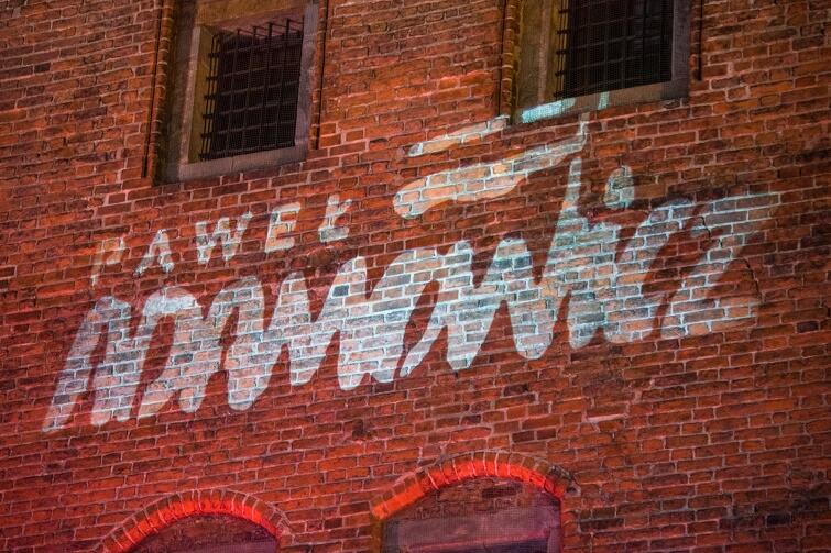 Napis Paweł Adamowicz  wyświetlono na murze Katowni. Logo przygotował Jerzy Janiszewski, autor historycznego znaku  Solidarności  z sierpnia 1980 r.