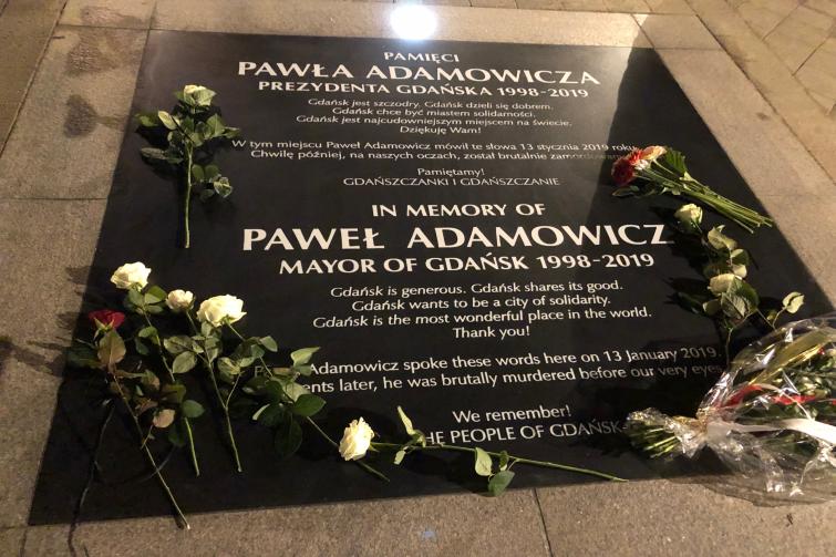 Tablica upamiętniająca prezydenta Adamowicza znajduje się w chodniku tuż przy Złotej Bramie, od strony budynku Katowni