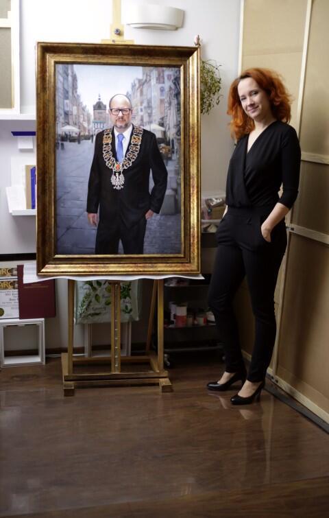 Autorka pozuje z dziełem - Anna Wypych-Klimowska i portret prezydenta Pawła Adamowicza