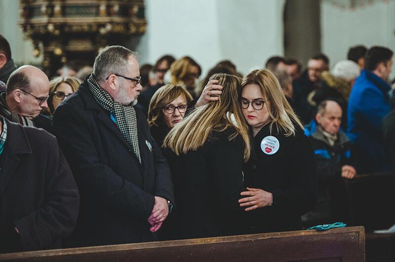 W nabożeństwie wzięła udział rodzina zmarłego, a także samorządowcy z Pomorza i całej Polski, oraz setki mieszkańców i turystów