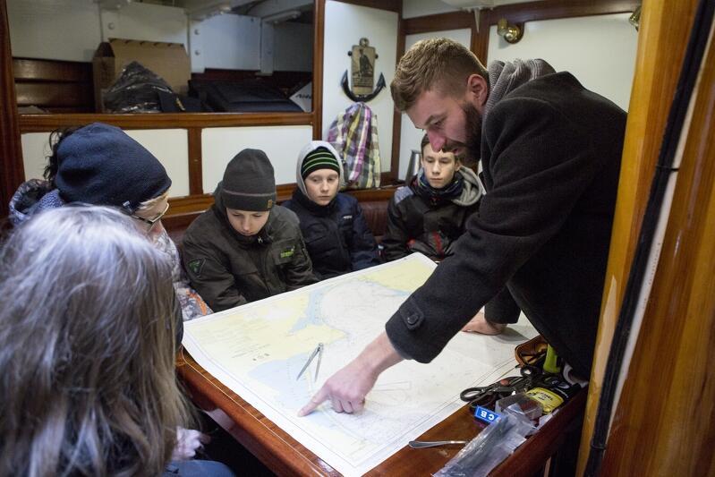 Piotr Królak, oficer programowy STS Generał Zaruski wtajemnicza młodzież w podstawy nawigacji morskiej