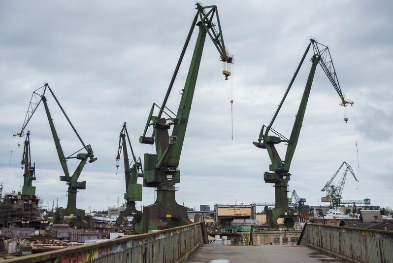 Widok na tereny stoczniowe od strony kładki nad przystankiem SKM