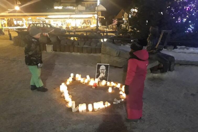 Świecie ustawione w symboliczny kształt serca i portret śp. prezydenta Adamowicza pojawiły się także na popularnych Krupówkach w Zakopanem