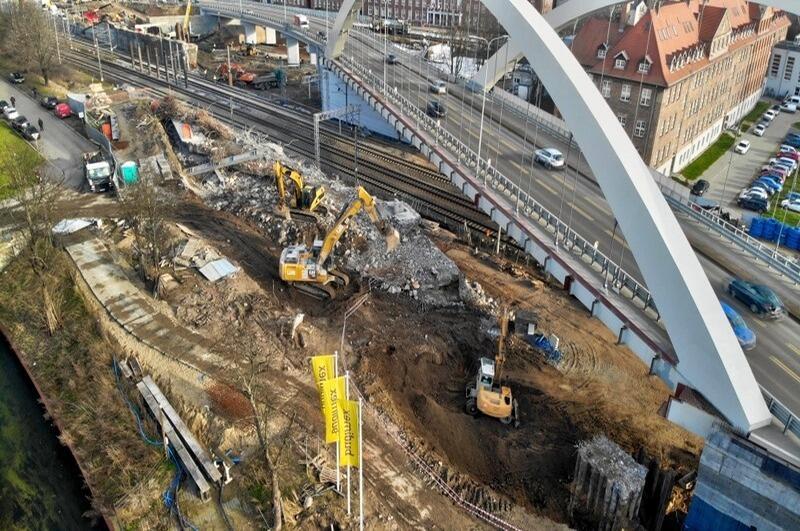 Prace przy rozbiórce starego wiaduktu, zastąpi go nowy