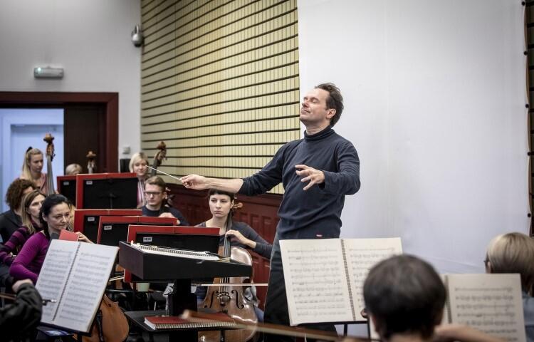 Kierownictwo muzyczne objął Massimiliano Caldi - pierwszy dyrygent Polskiej Filharmonii Bałtyckiej im. Fryderyka Chopina w Gdańsku