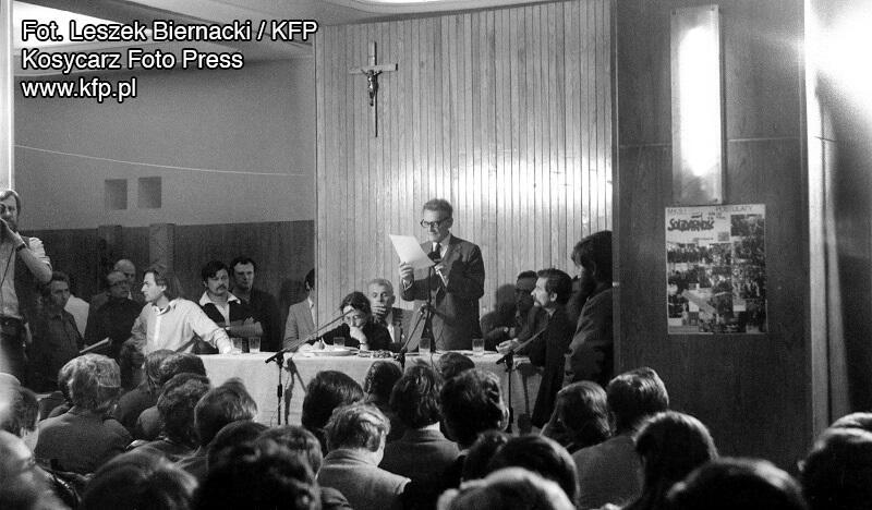 Pierwsze ogólnopolskie zebranie przedstawicieli organizującego się Niezależnego Samorządnego Związku Zawodowego w Gdańsku w siedzibie 'S' we Wrzeszczu. Tego dnia postanowiono tworzyć I ogólnopolski związek o nazwie 'Solidarność'. Na zdjęciu: przemawia Lech Bądkowski, obok siedzą Lech Wałęsa i Joanna Gwiazda