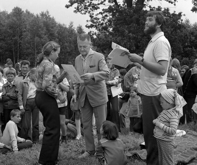 """Lech Bądkowski wręcza dyplomy na konkursie """"Ludowe talenty"""", po prawej Józef Borzyszkowski; Łączyńska Huta, 1972"""
