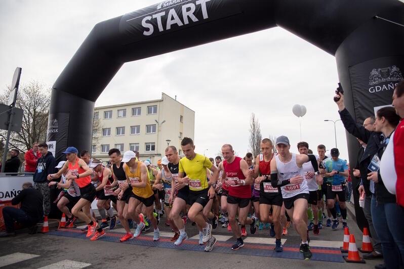 Nz. Moment rozpoczęcia 4. Gdańsk Maratonu, który odbył się w 2018 roku. Licytacja numeru startowego 1  na 6. edycję wydarzenia potrwa do 31 stycznia