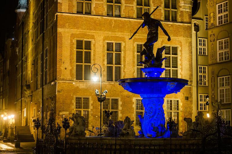 Z okazji obchodów Światowego Dnia Autyzmu Fontanna Neptuna podświetlana jest na niebiesko. Jaki kolor podświetlenia wybierze osoba, która wygra licytację?