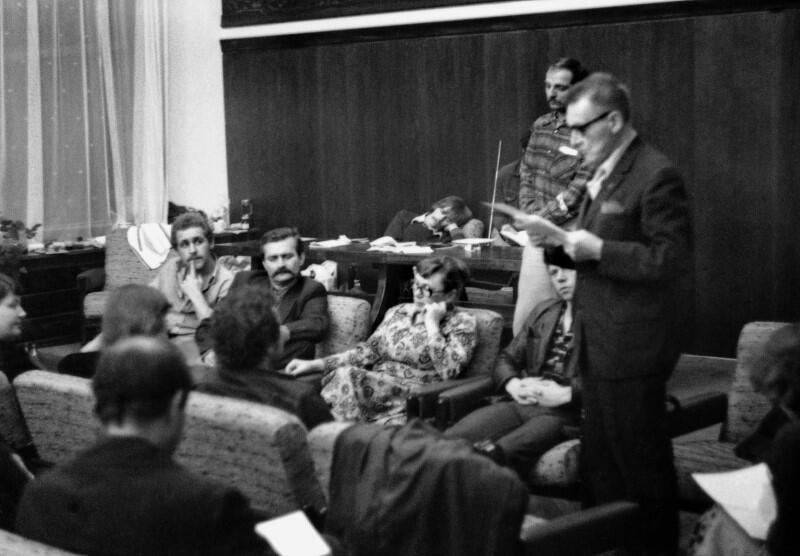 Nocna narada komitetu strajkowego w małej salce BHP podczas strajku w Stoczni Gdanskiej im. Lenina w sierpniu 1980. Na zdjęciu: Lech Wałęsa, Anna Walentynowicz, Lech Bądkowski (stoi)