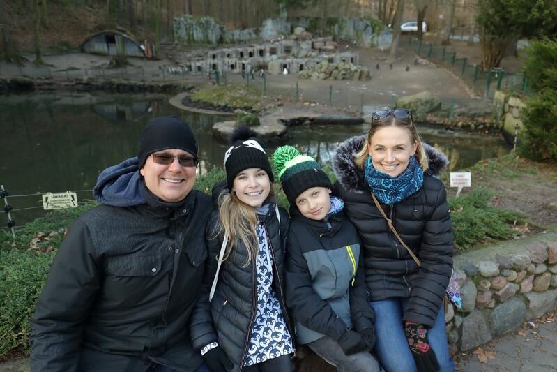 Nz. (od lewej) Marcin, Kasia, Maciek i Maja Adlerowie. Przyjrzyjcie się uważnie ubraniu Kasi... Jej bluza, czapka i rękawiczki potwierdzają, że jest wielką fanką pingwinów