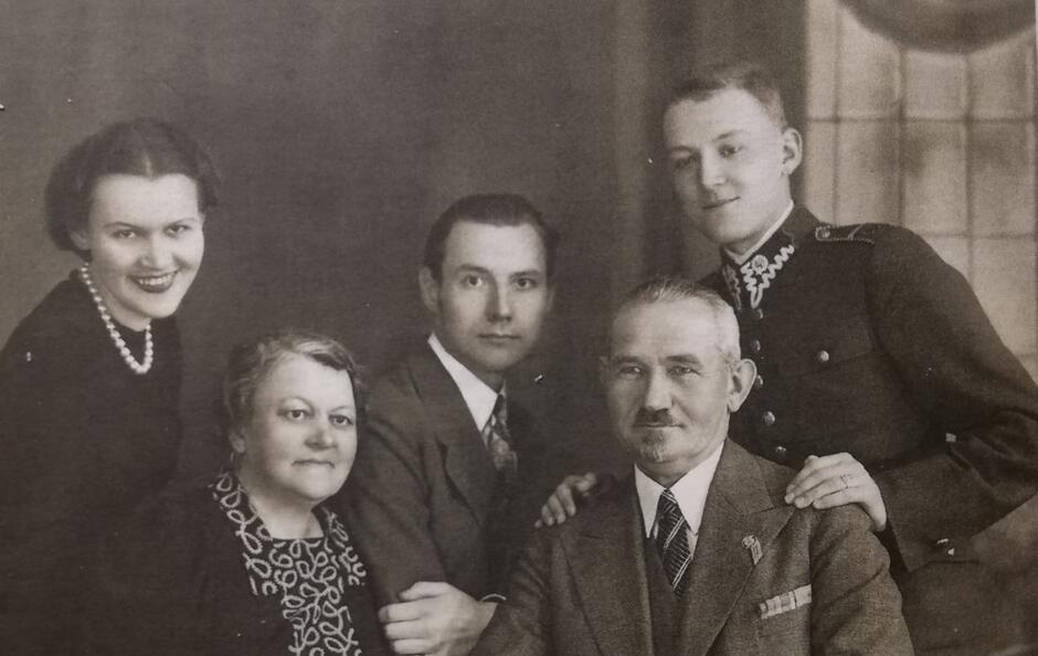 Rodzina Lecha Bądkowskiego – siedzą: matka Zofia i ojciec Kazimierz, stoją od lewej: siostra Aleksandra, brat Tadeusz, Lech; Toruń, maj 1939
