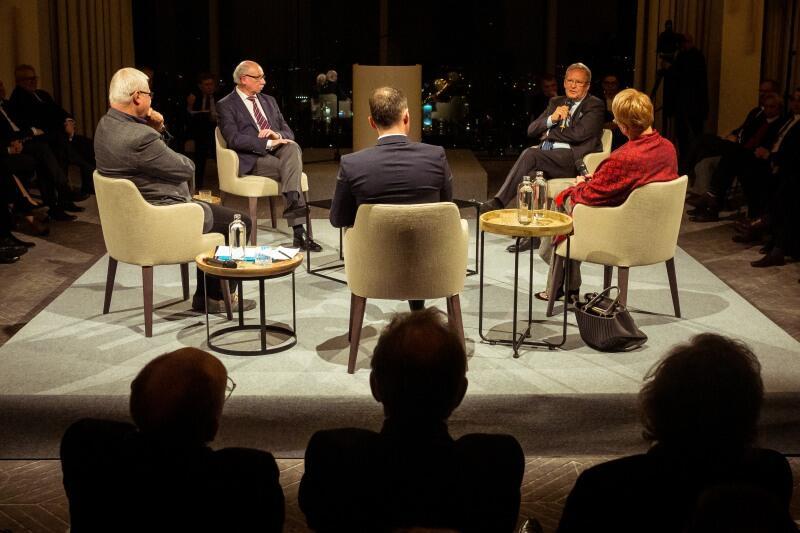 Dyskusja gości. Nz. od lewej prof. Jerzy Hausner, Janusz Lewandowski, Janusz Steinhoff, Henryka Bochniarz, (w środku tyłem) Mikołaj Kunica.