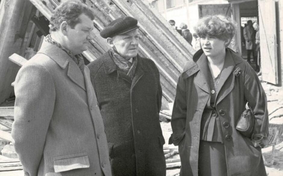 Lech Bądkowski (pośrodku) z córką Sławiną Kosmulską i bratankiem Andrzejem; na Zaspie, 1980