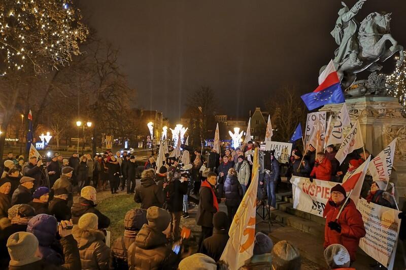 Manifestacja odbyła się późnym popołudniem w czwartek, 23 stycznia, pod pomnikiem Sobieskiego. Podobne manifestacje odbywały się w całym kraju
