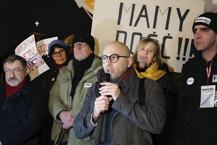 Wśród przemawiających byli lider trójmiejskiego KOD Radomir Szumełda (z mikrofonem) i mec. Marek Kanawka (ostatni po lewej)