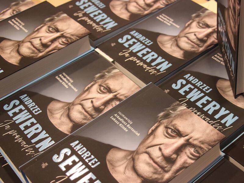 Książka Andrzej Seweryn. Ja prowadzę!  autorstwa Arkadiusza Bartosika i Łukasza Klinke to wywiad rzeka z aktorem