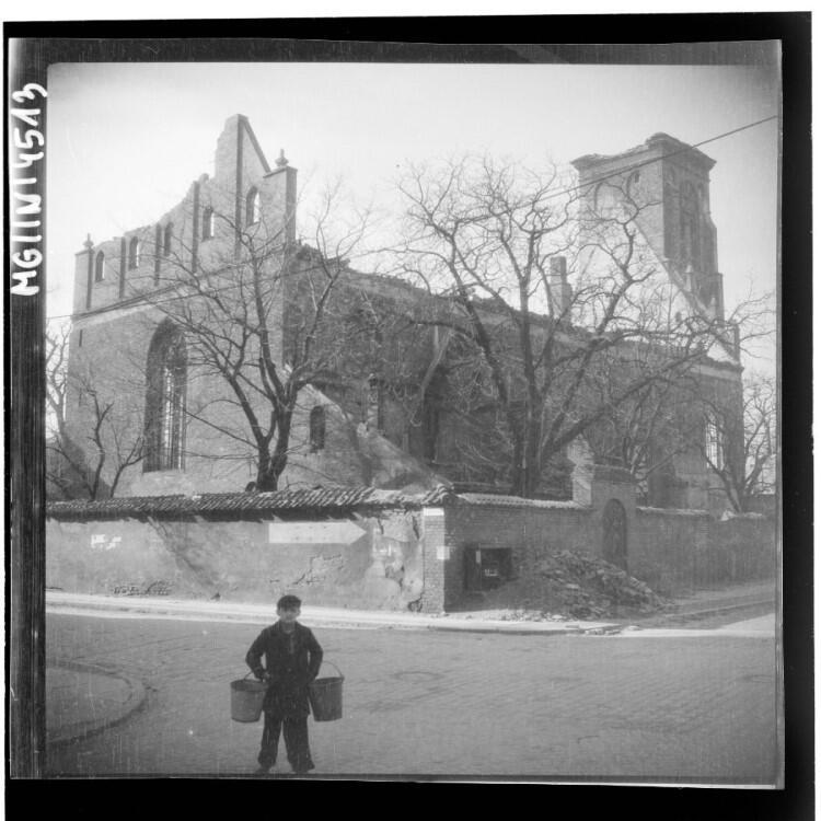 Chłopiec na tle ruin kościoła św. Bartłomieja w Gdańsku - widok na wschodnią i północną ścianę