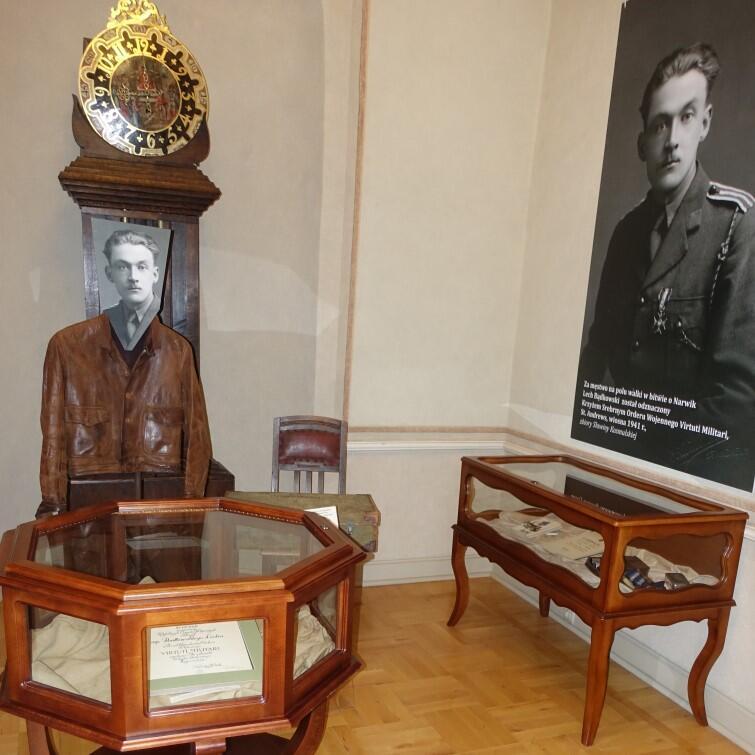 Po prawej jest zdjęcie Lecha Bądkowskiego z orderem Virtuti Militari za bitwę o Narwik w 1941 r. Po lewej - skórzana kurtka typu pilotka, w której wrócił do kraju