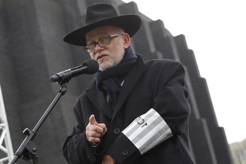 Michał Samet - przedstawiciel Gminy Wyznaniowej Żydowskiej w Gdańsku wyjaśniał, że napis na opasce zahor  oznacza  pamięć