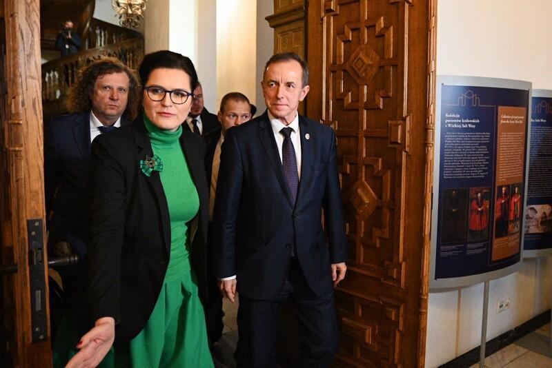 Prezydent Gdańska Aleksandra Dulkiewicz i marszałek Senatu Tomasz Grodzki wchodzą na spotkanie do Wielkiej Sali Wety