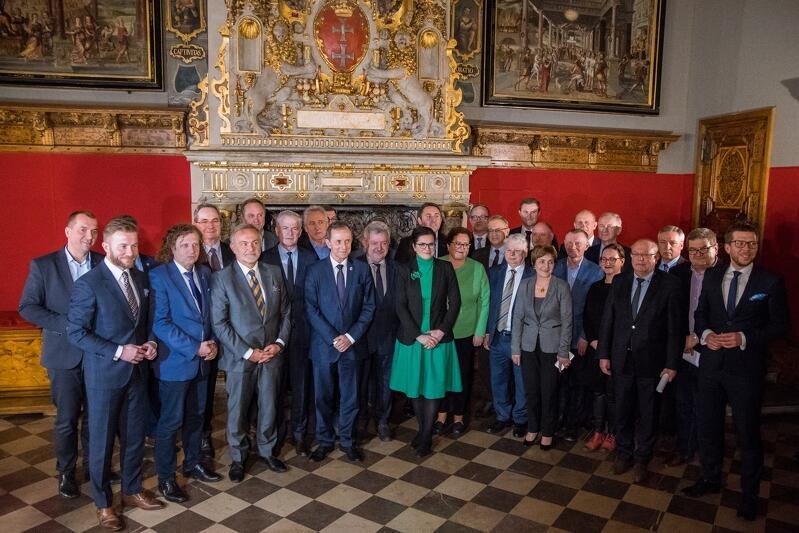 Samorządowcy z Pomorza i senatorowie po wspólnym spotkaniu z marszałkiem Tomaszem Grodzkim